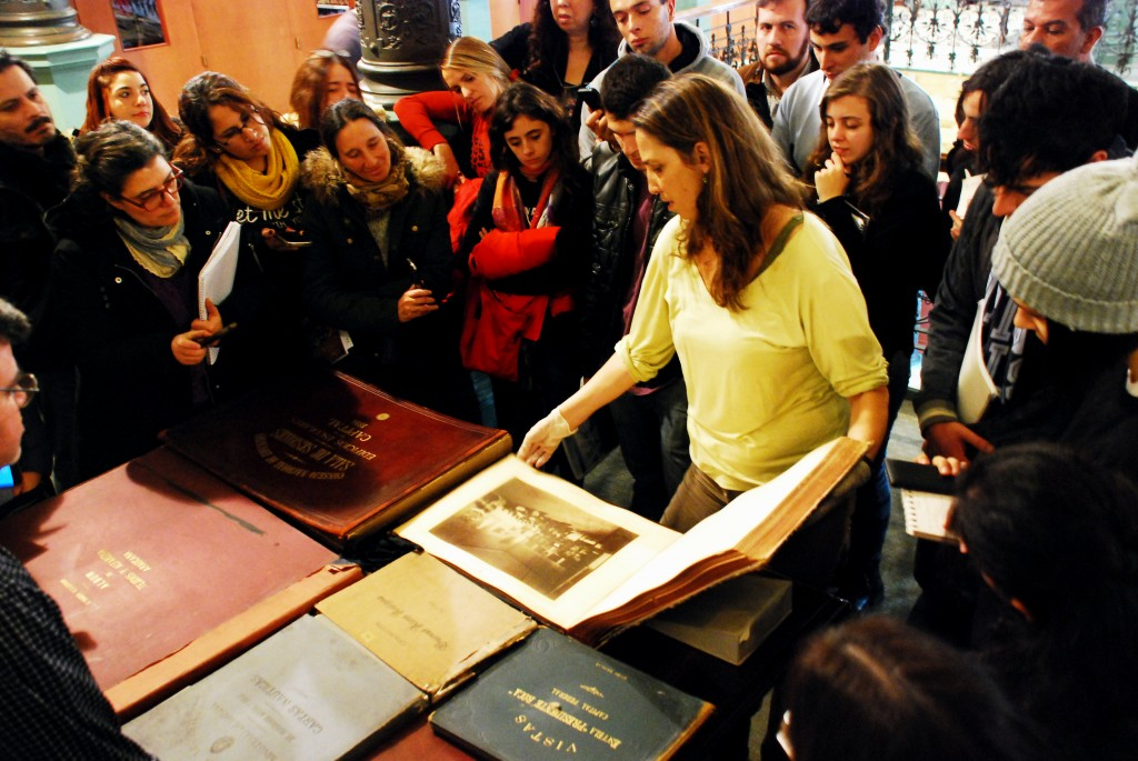 Alumnos del IFTS Nro. 13 conociendo parte de los documentos históricos de educación en Sala Americana.