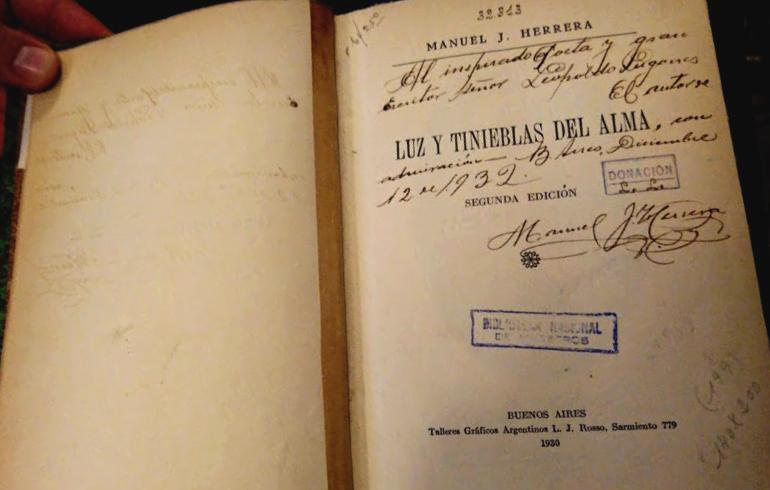 Imagen de la primera hoja del libro Luz y tinieblas del alma de Manuel J. Herrera en dónde figura escrita una dedicatoria del autor a Leopoldo Lugones.