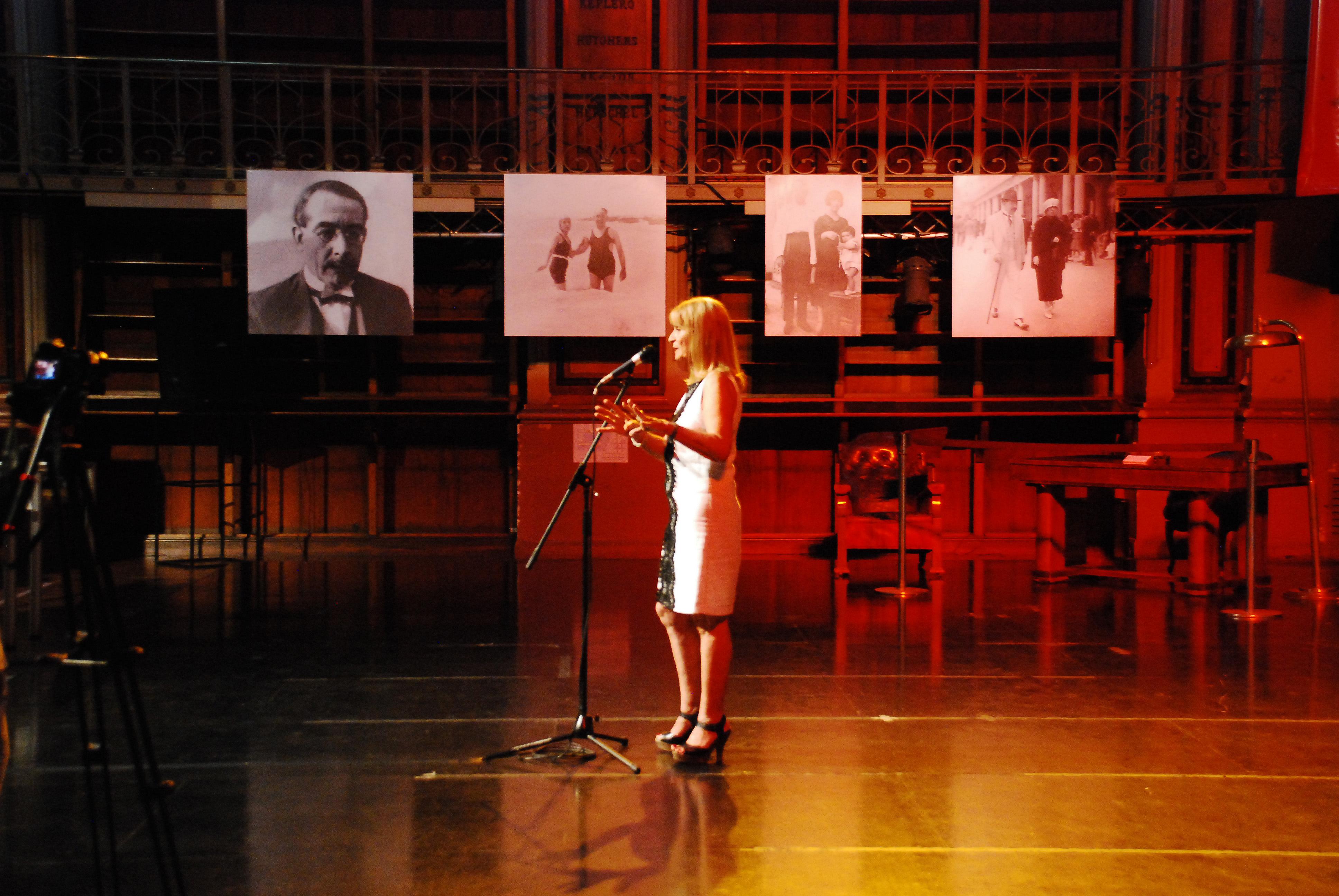 Graciela Perrone hablando en la Inauguración de la Exposición Borges y Lugones. El falso discípulo.