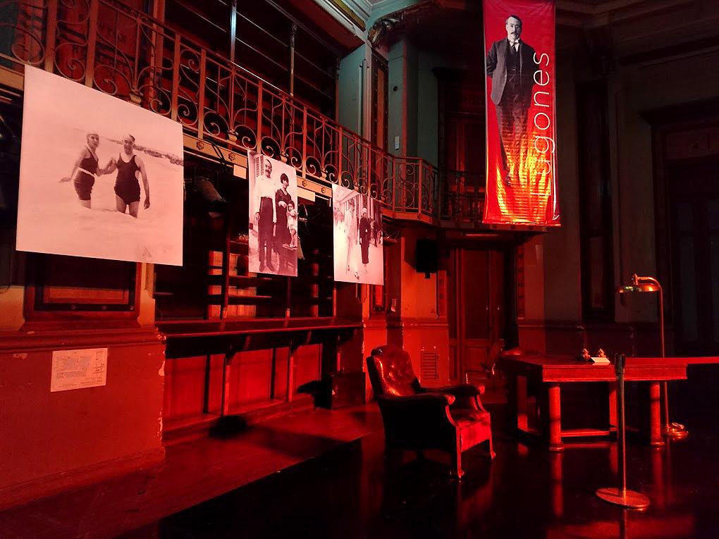 La fotografía muestra la fotografía de Lugones, su sillón y algunas fotos.