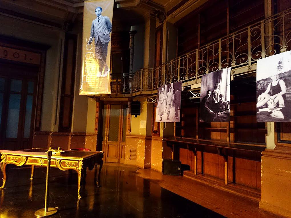 Escritorio de Borges. La fotografía muestra el escritorio del escritor y algunas fotos de él.