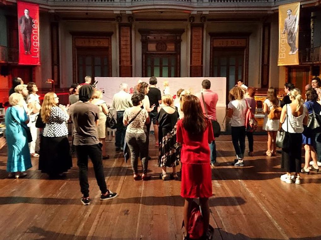 Fotografía que muestra la gente en la exposición escuchando a los disertantes.