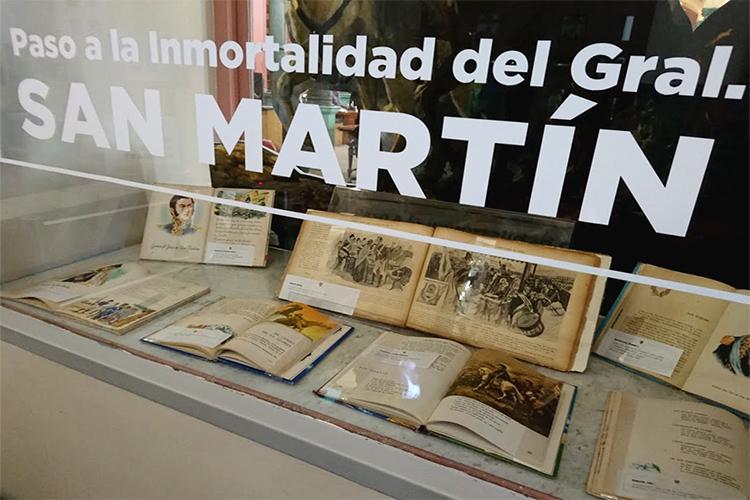 Libros expuestos en vidriera