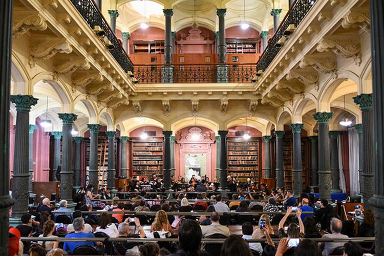 Orquesta La Juvenil de Adultos y alumnos invitados de la Orquesta del Centro Artístico Solidario Argentino (CASA)