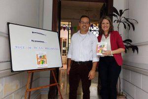 La bibliotecaria pedagógica, María de los Álvarez, junto a Diego Fernando Quiroga, autor del libro y bibliotecario